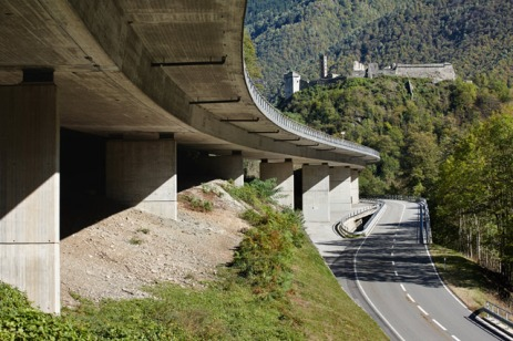 Pregorda Bridge in Mesocco/Soazza (1971–1973) is a low bridge that follows the contours of the steep Moesa Valley [© Ralph Feiner]