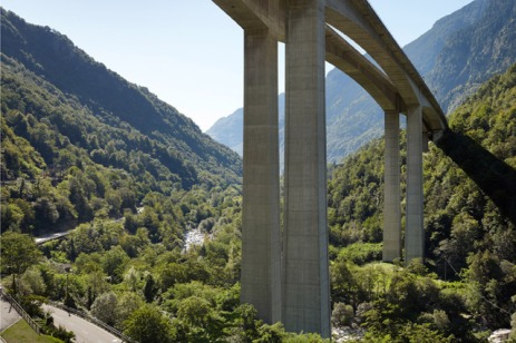 Biaschina Viaduct in Giornico (1979–1983). These twin bridges were built in cantilever construction and cross the Leventina Valley at a height of 100m [© Ralph Feiner]