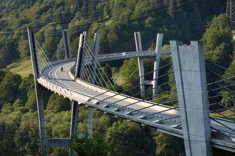 Sunniberg Bridge in Klosters (1996–1998) has a total length of 526m, a height above the Landquart Valley of 60m, and follows a curve in plan of 500m radius [© Ralph Feiner]